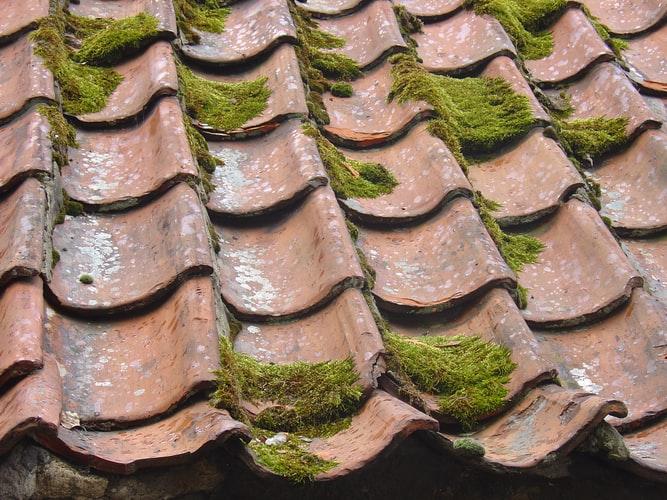 Verouderd dak toe aan dakvernieuwing en dakrenovatie